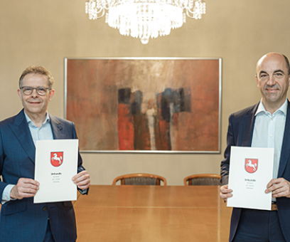 Heiko Janssen (left) and Stefan Dohler (right) after signing an agreement to establish a joint venture