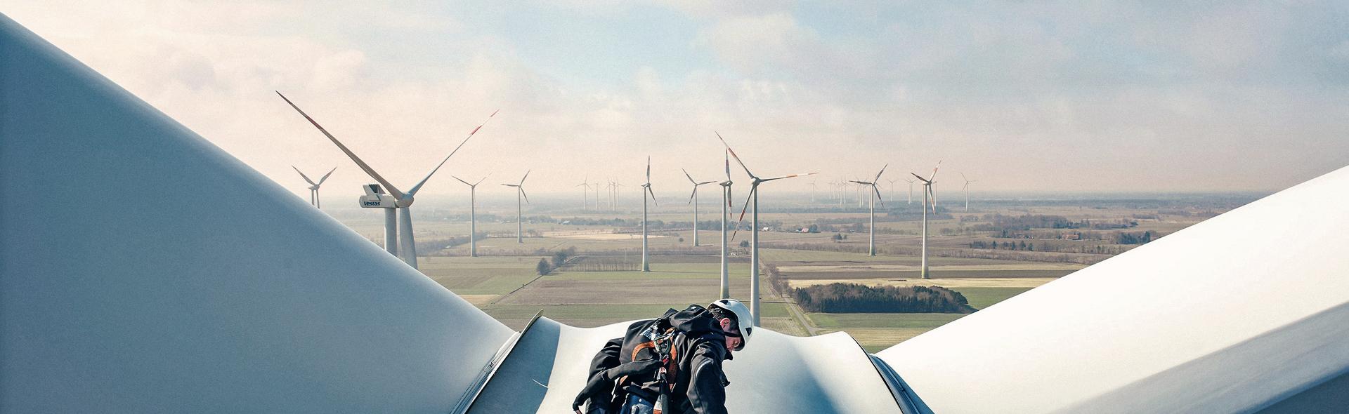 Un technicien sur une éolienne